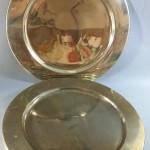 8 assiettes de présentation en métal argenté. Diamètre 28 cm. 180e