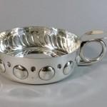 grande coupe vide poche en forme de tastevin en métal argenté. diamètre 13 cm. 35€