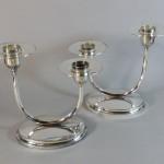 paire de bougeoirs doubles candelabres design en métal argenté. vers 195 (