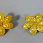 paire de clips boucles d'oreilles fantaisie en métal argenté et émail. vers 1970. vintage.  (1)