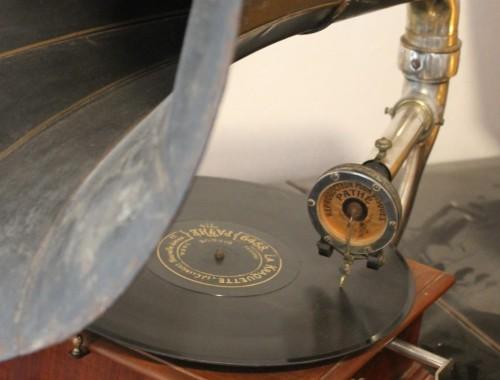 phonographe pavillon gramophone 1910 art déco année folle musique tourne disque 78 tours pathé saphir (4) (FILEminimizer)