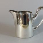 pichet à eau chaude ou pot à lait en métal argenté. vers 1900. hauteur 11 cm. 25€ (2)