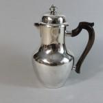 théière cafetière en métal argenté. manche en bois noirci. vers 1850. 55€.