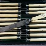 18 couteaux de table en ivoire de la maison Cardeilhac. Vers 1850. Petites fentes. Lames en acier. 160€