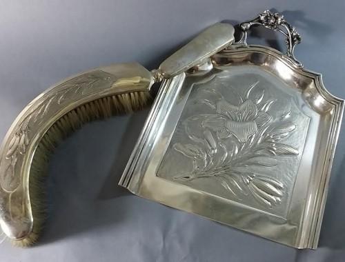 Pelle et balayette ramasse miettes de table en métal argenté. 1900. Largeur pelle 20 cm. Longueur balayette 30 cm. 55e