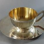 Tasse à déjeuner. Metal argenté. Art Deco. Diamètre soucoupe 18 cm. Hauteur tasse.. 23e