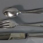 Ménagère en métal argenté de style Louis XV. Elle comprend 12 grandes fourchettes (4)
