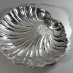 Coupe à fruits ou corbeille à pain en métal argenté. En forme de coquille. . (FILEminimizer)