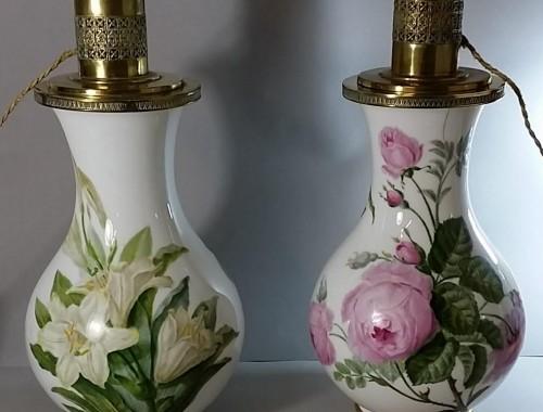 Grande paire de lampes en porcelaine de Paris. Vers 1850. Décor de roses de lys et d'altéas.