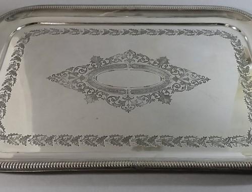 Plateau métal argenté. Décor de houx. Vers 1850. Longeur 45cm. D'infimes usures. 145e.