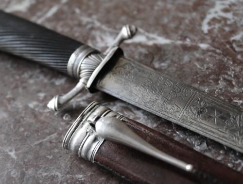 dague-de-chasse-de-venerie-cerf-sanglier-xviiie-siecle-epoque-louis-xv-argent-massif-corne-fourreau-1