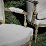 salon epoque Louis XVI hêtre mouluré sculpté et laqué crème cananpé paire fauteuils XVIIIe siècle pieds cannelés rudentés chapeau de gendarme (6)